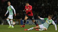 Alexis Sánchez sufrió fuerte falta en su debut con Manchester United