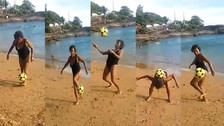 Anciana demostró su talento para dominar un balón en la playa