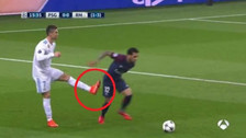 Cristiano Ronaldo le lanzó una patada a Dani Alves y no fue expulsado