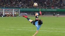 Cavani anotó un golazo de chalaca ante República Checa a lo Supercampeones