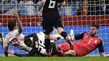 En el Argentina - España: Costa y Romero tuvieron duro choque de rodillas