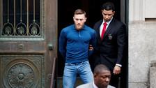 Impactantes imágenes de Conor McGregor esposado tras declarar ante la Justicia