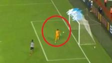 Blooper de la defensa de Sporting Cristal casi provoca gol de Alianza Lima