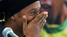 Ronaldinho se conmovió al ser aclamado por miles de personas en Etiopía