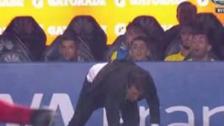 Video | Entrenador de Boca Juniors sufrió caída durante el partido