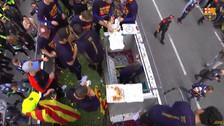 Jugadores del Barcelona celebraron comiendo pizza en el bus