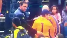 Hincha en las tribunas le dio su camiseta a arquero de Peñarol