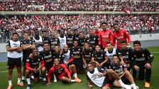 La emocionante foto entre los jugadores e hinchas de la Selección Peruana