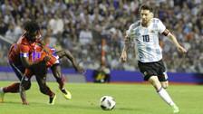 Lionel Messi dejó en el suelo a dos defensores que intentaron detenerlo