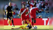 La gran carrera de Advíncula que casi acaba en gol de Farfán