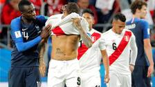 Paolo Guerrero fue consolado por Matuidi tras la eliminación de Perú