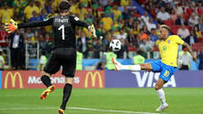 Neymar y su genial control de taco en el triunfo de Brasil ante Serbia