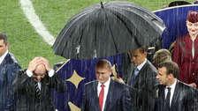 Vladimir Putin fue el único que utilizó un paraguas en la premiación del Mundial