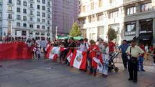 Peruanos marcharon contra la corrupción en Madrid y lavaron bandera nacional