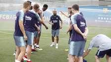 Arturo Vidal fue 'apanado' por los jugadores del Barcelona
