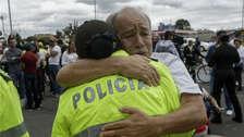 Colombianos abrazaron a sus policías durante masiva marcha contra atentado terrorista del ELN [FOTOS]
