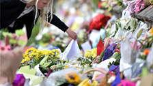 Personas alrededor del mundo están dejando flores en mezquitas tras tiroteo en Nueva Zelanda que dejó 50 muertos