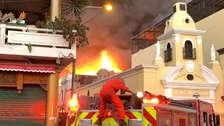 Las impactantes imágenes del incendio que consume galerías en Mesa Redonda