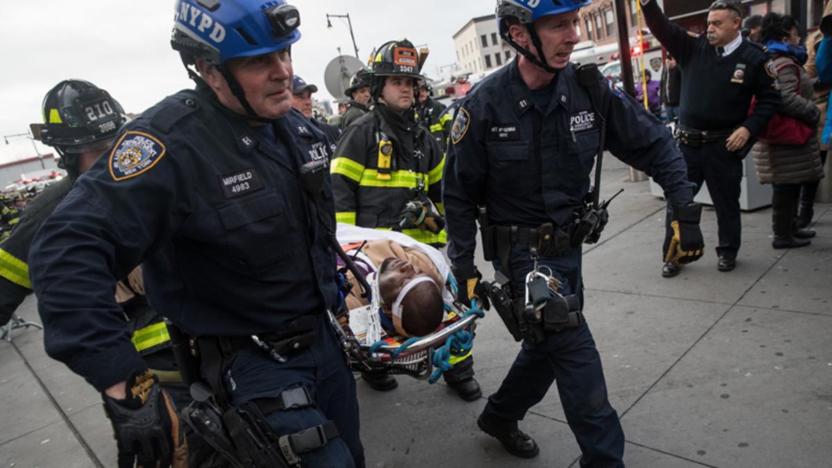 Resultado de imagen para Un Tren Suburbano Se Descarriló En Nueva York Y Deja Más De 100 Heridos