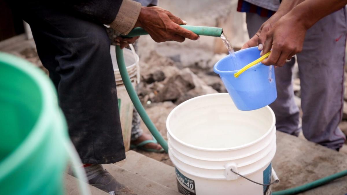 La reducción de la presión de agua potable en los hogares dificulta su acarreo en asentamientos humanos.