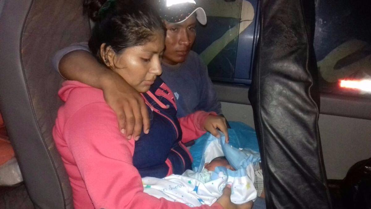 Rescatan a un bebé de cinco días en una incubadora tras inundación en Catacaos