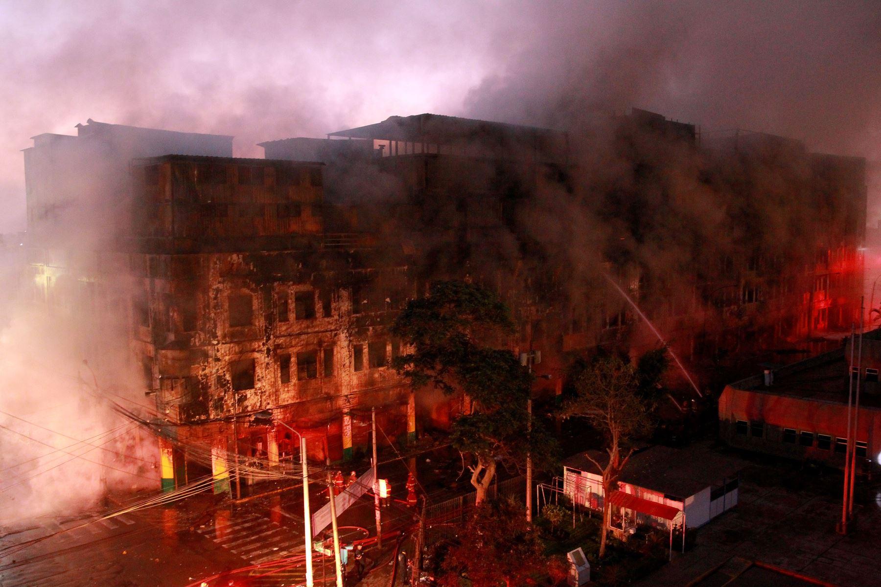 Se incendia una galería de productos de ferretería en el Cercado de Lima