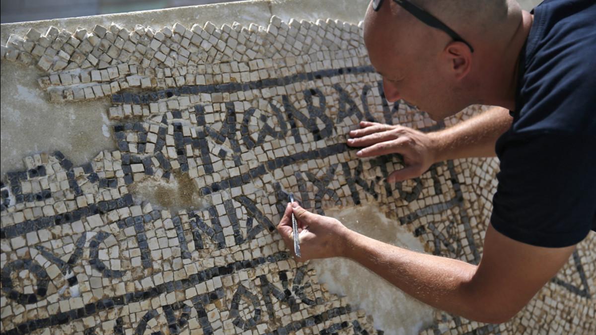 un mosaico casi intacto con un inscripcin en griego que menciona al emperador bizantino justiniano