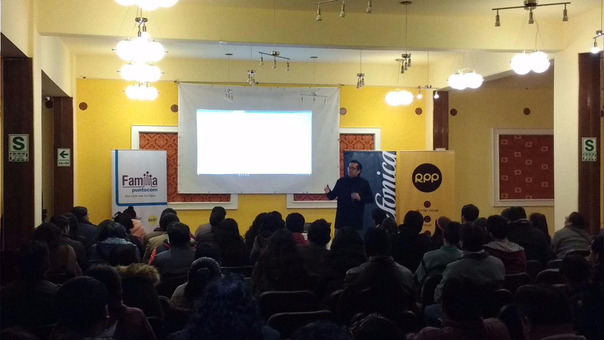 Jesús Veliz dictando el último taller de Tecnología y Educación en Puno.