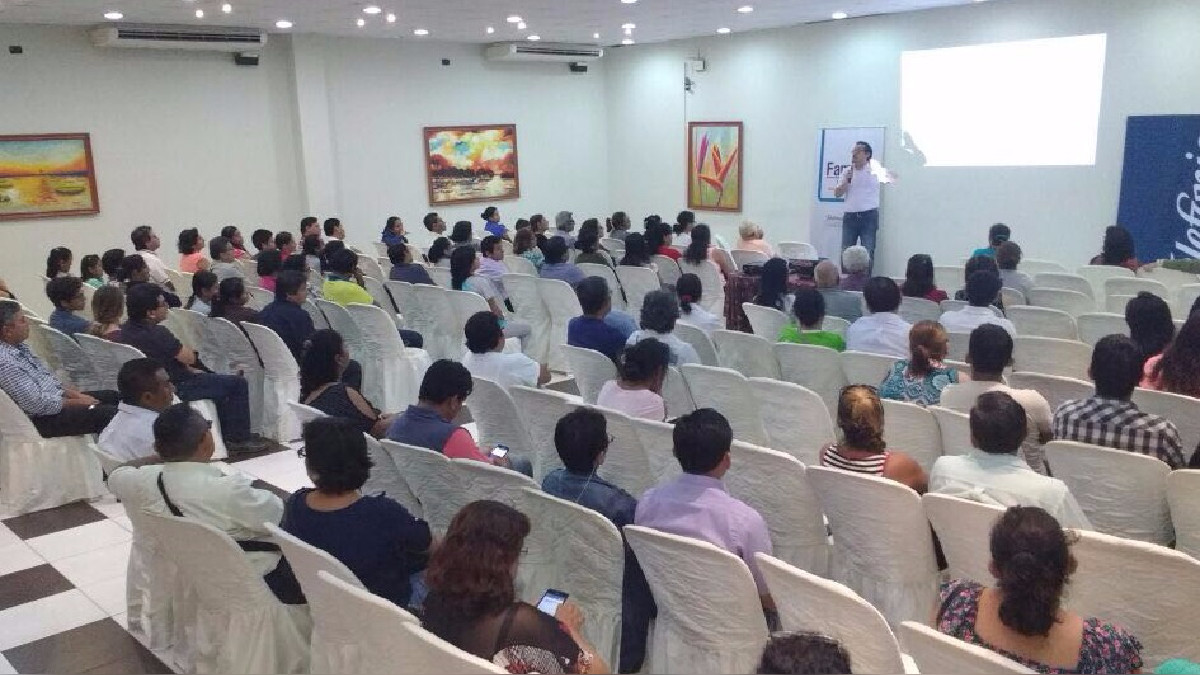 Jesús Veliz dictando el taller de Tecnología y Educación en Iquitos