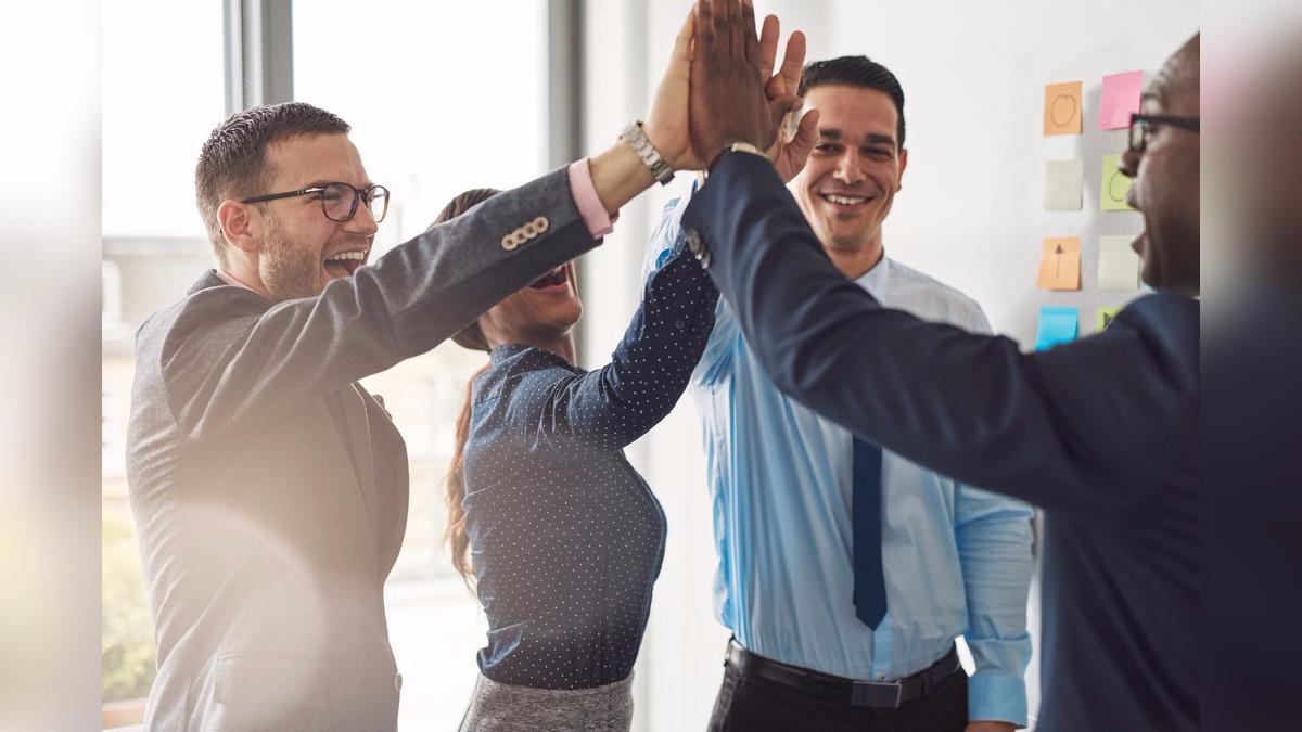 Gracias a una combinación de técnicas verbales y no verbales, es posible mejorar el nivel de carisma de las personas.