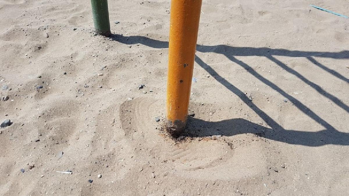 Las bases de fierro del pasamanos está oxidada. | Fuente: RPP | Fotógrafo: Caren Layza