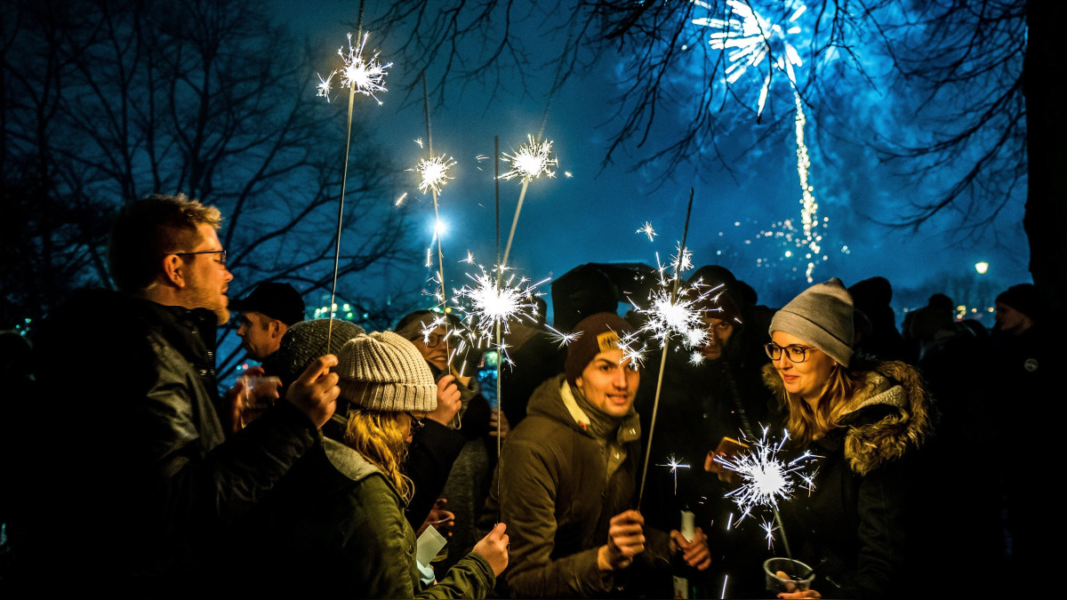 La gente celebra la llegada del Año Nuevo 2018 en Hamburgo, Alemania. | Fuente: EFE | Fotógrafo: SRDJAN SUKI