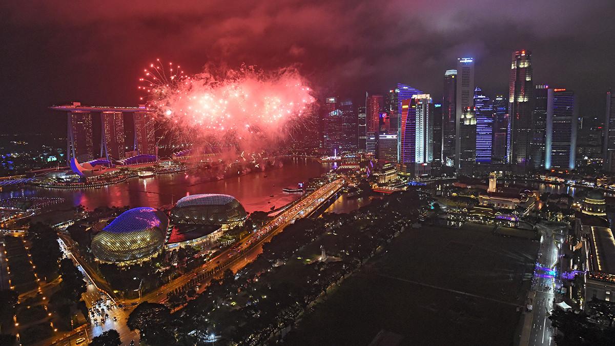 Singapur adelantó un espectáculo de fuegos artificiales de una hora para recibir el Año Nuevo. | Fuente: AFP