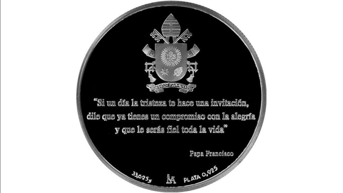Reverso de la medalla con el Escudo Papal y una frase del papa Francisco. | Fuente: BCR