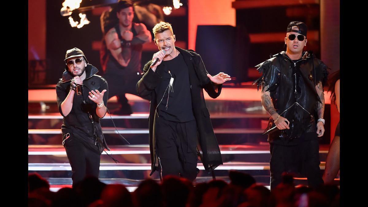 Ricky Martin cantó junto con Wisin y Yandel para abrir la ceremonia de los Billboard Latino.