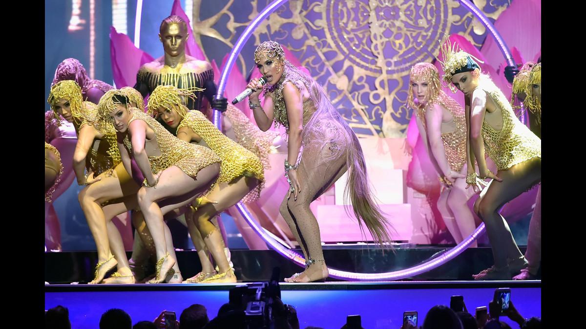 Sugerente baile de J.Lo durante su presentación en los Billboard Latino.