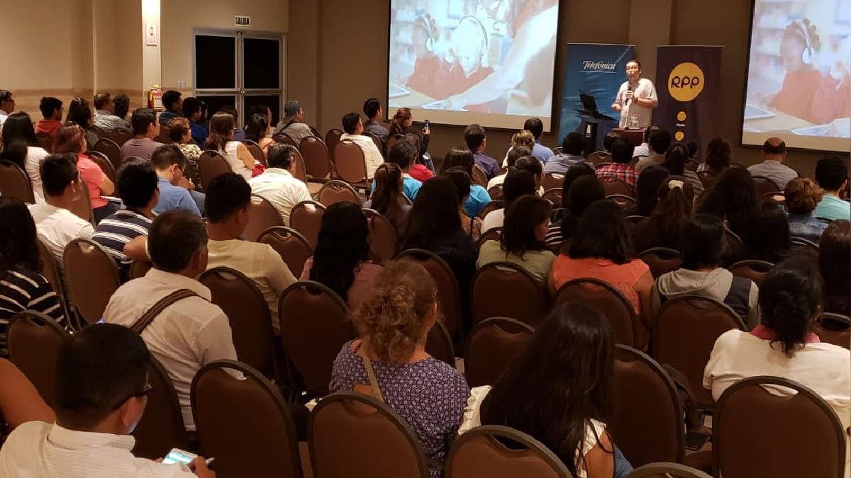 Jesús Veliz dictando el taller de Tecnología y Educación que se realizó en Pucallpa.