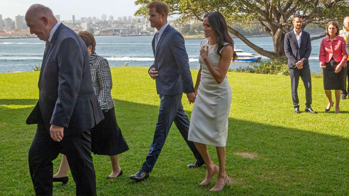 Los duques de Sussex visitaron Sidney, Australia, y se le vio a Meghan Markle con el vientre ligeramente abultado. | Fuente: AFP  | Fotógrafo: STEVE CHRISTO