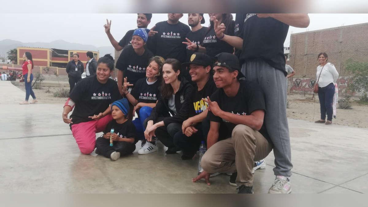 Angelina Jolie con el grupo Inyectando Kultura en San Juan de Lurigancho. | Fuente: Twitter
