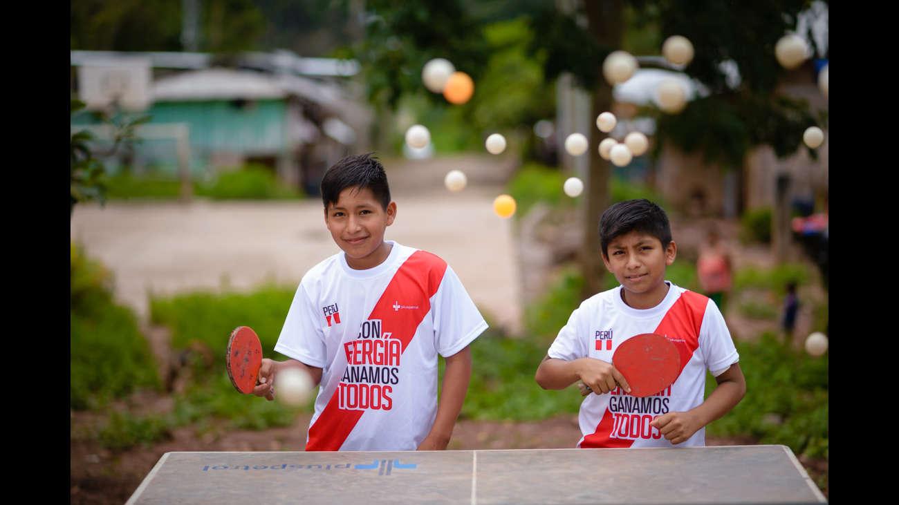 Edward y Eliú practican tenis de mesa en su colegio de Piotoa.