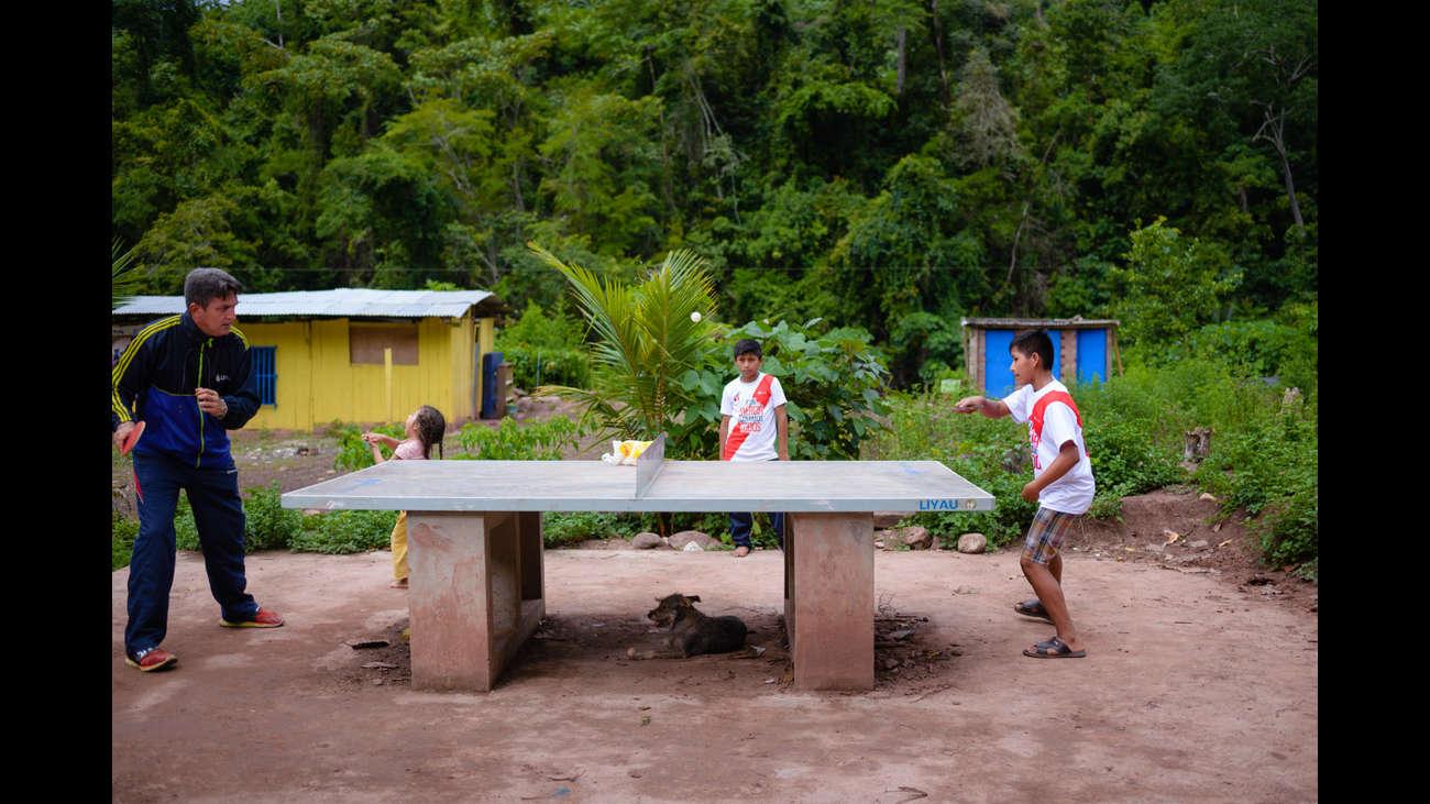 Ambos practican en la mesa de ping pong que tienen en el colegio.