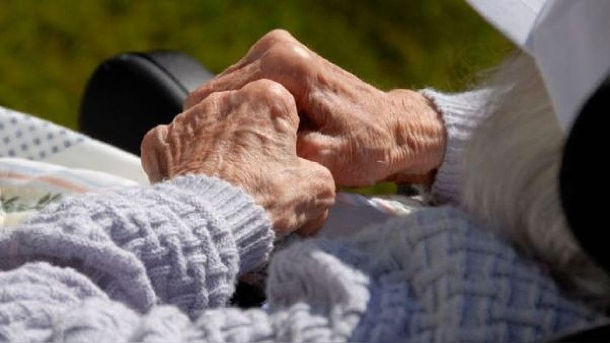 El estrés del cuidador de ancianos: ¿Cómo cuidarlo mientras se hace cargo de un adulto mayor en casa?